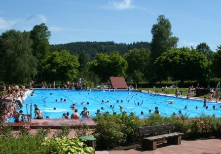 Blick über das große Schwimmbecken