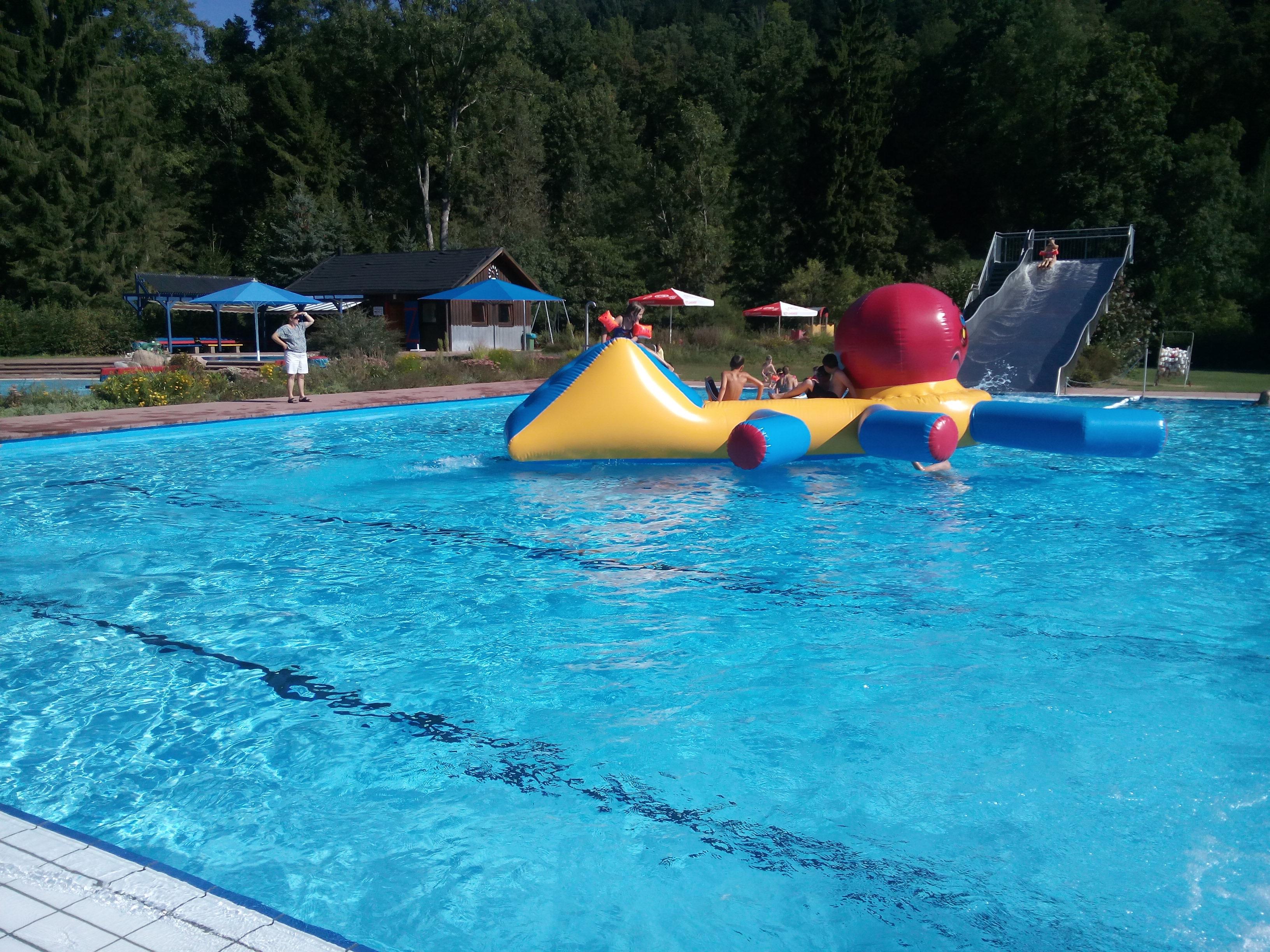 Wasserspiele im Freibad