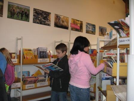 In der Kinderbücherei beim Schmökern