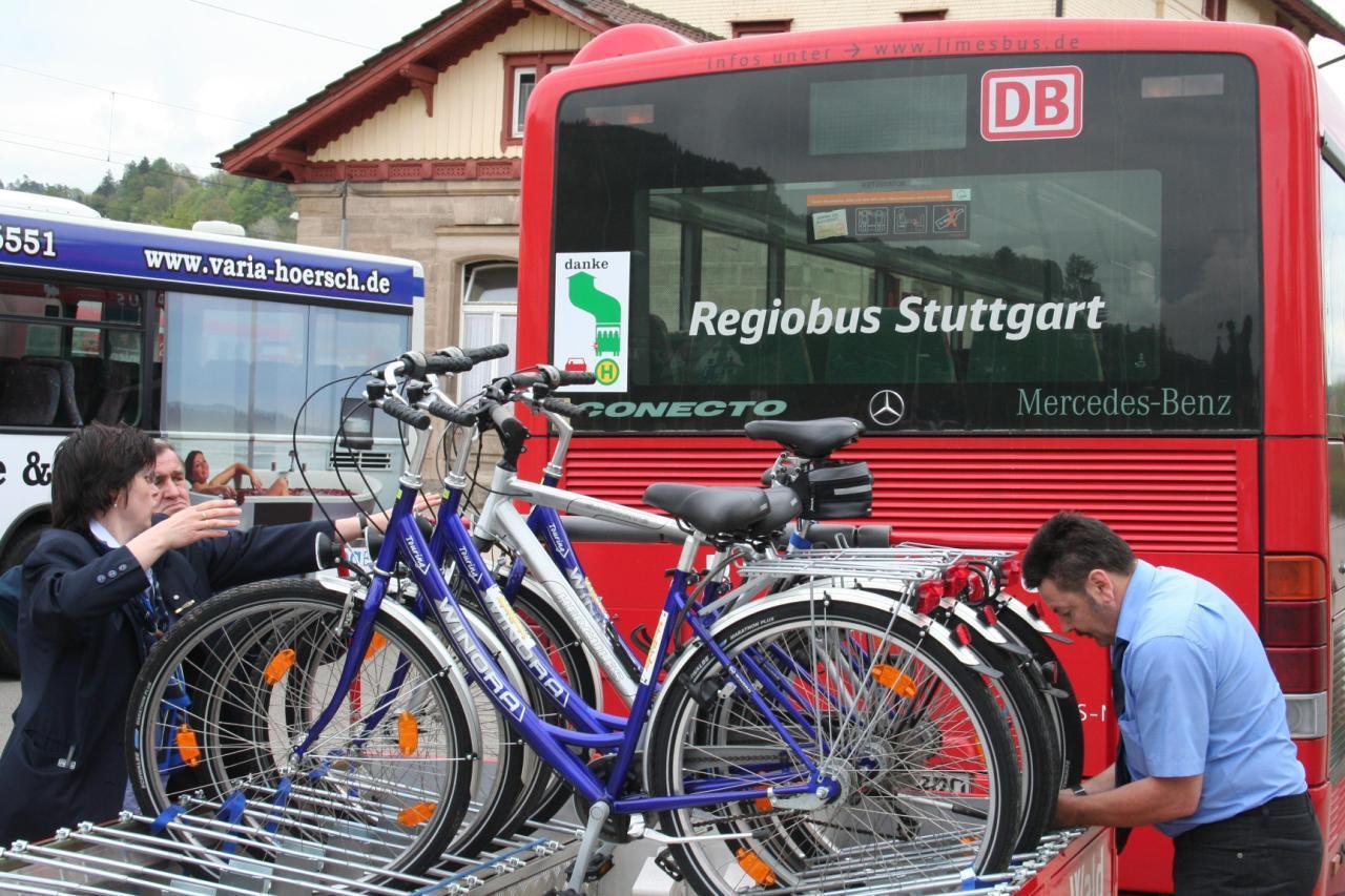 Die Fahrräder werden festgezurrt.