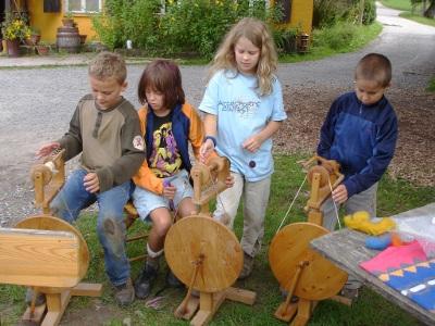 Kinder am Spinnrad