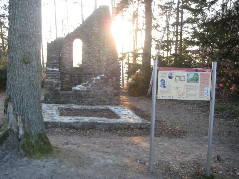 Limes-Wachturm mit Hinweistafel