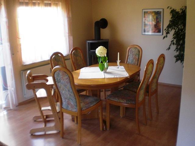 Gemütliche Ess-Ecke im Wohnzimmer mit Kaminofen
