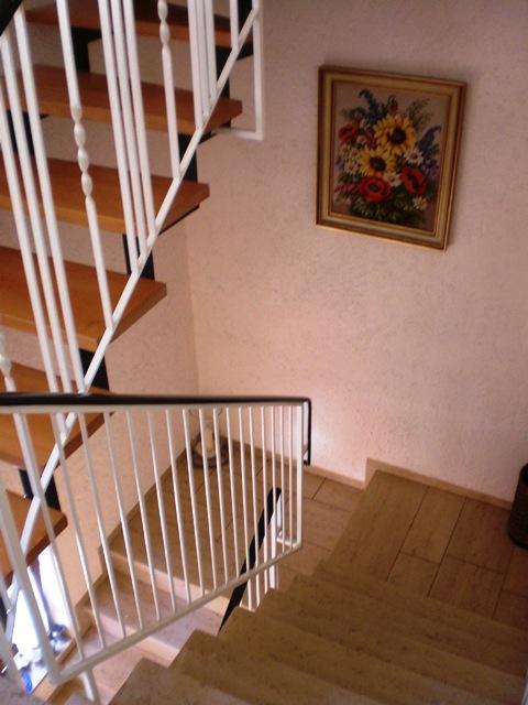 Treppenaufgang zur Wohnung im OG