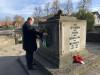 Bürgermeister Armin Mößner legt anläßlich des Volkstrauertages 2020 einen Kranz am Ehrenmal für die Gefallenen am Feuersee nieder..