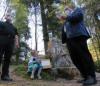 Salome zieht am Fratzenbrünnele die Gewinner des Murrhardter Osterhasenpfads, Bürgermeister Armin Mößner verliest die Gewinner, assistiert durc Naturparkführer Walter Hieber (c) Christine Schick MHZ