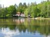 Waldsee 01 - Blick über den See aufs Kulinarium mit Bootsteg