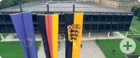 Fahnen_vor_Landtag