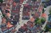 Blick auf den Murrharder Marktplatz mit dem Rathaus und die Gebäude der Altstadt aus der Vogelperspektive.