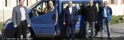 Die_Evangelische_Kirchengemeinde_Murrhardt_uebergibt_ihren_Transportbus_im_Sommer_2020_an_das_Fahrerteam_des_Buergerbusse