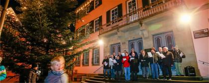 Eroeffnung_des_Lebendigen_Adventskalenders_2019_vor_dem_Rathaus_mit_dem_Gemeinderat_c_Pressefotografie_Alexander_Becher.jpg