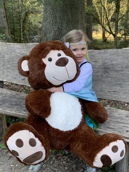 Los-Glücksfee Salome freut sich über den Teddy vom Osterhasenpfad