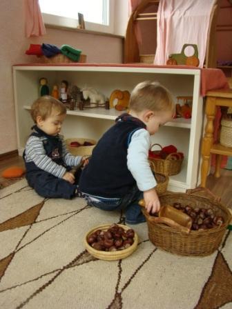 Kinder in der Kinderstube des Waldorfkindergartens