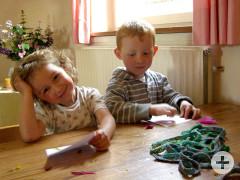 Kinder beim Basteln