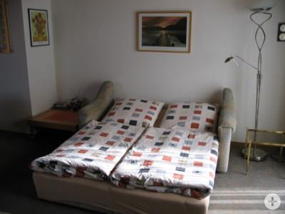 Wohnzimmer mit ausziehbarer Doppelcouch